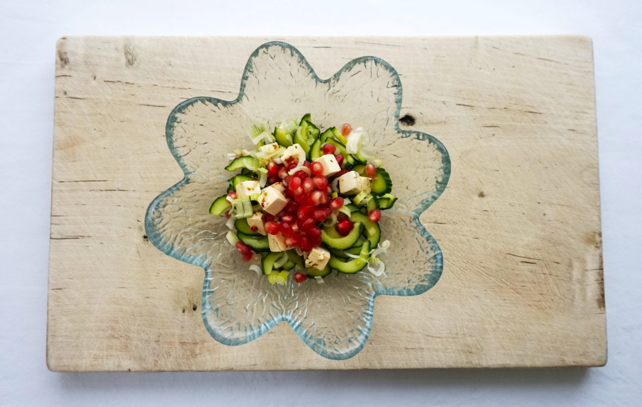 Agurkesalat med fetaost, forårsløg og granatæbler
