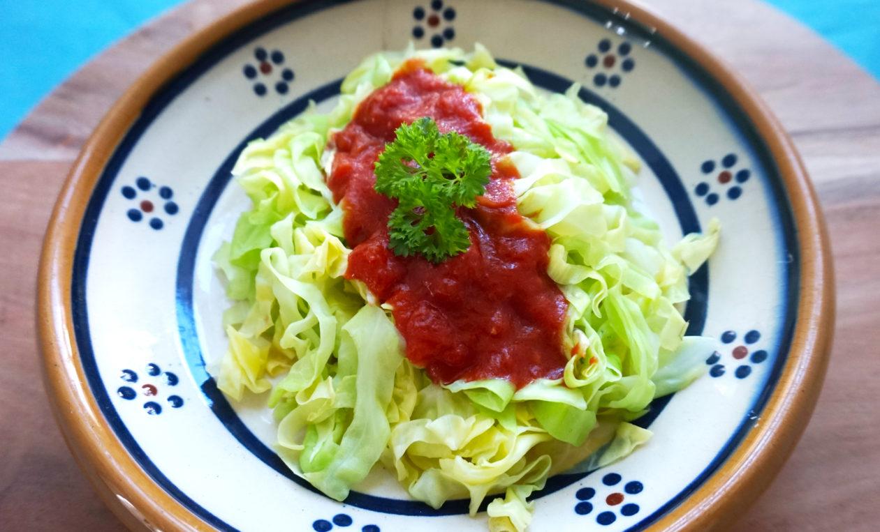 Spaghetti af spidskål med hjemmelavet tomatsovs.