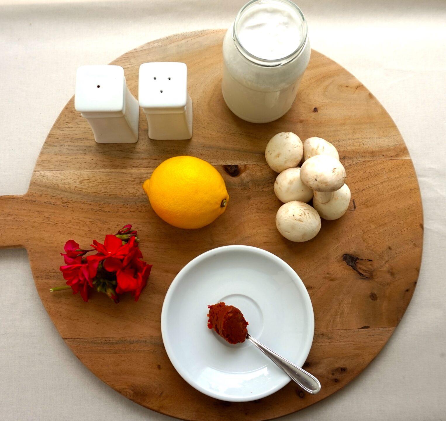 Foto af kokosmælk, karry-pasta, svampe, citron, salt og peber.