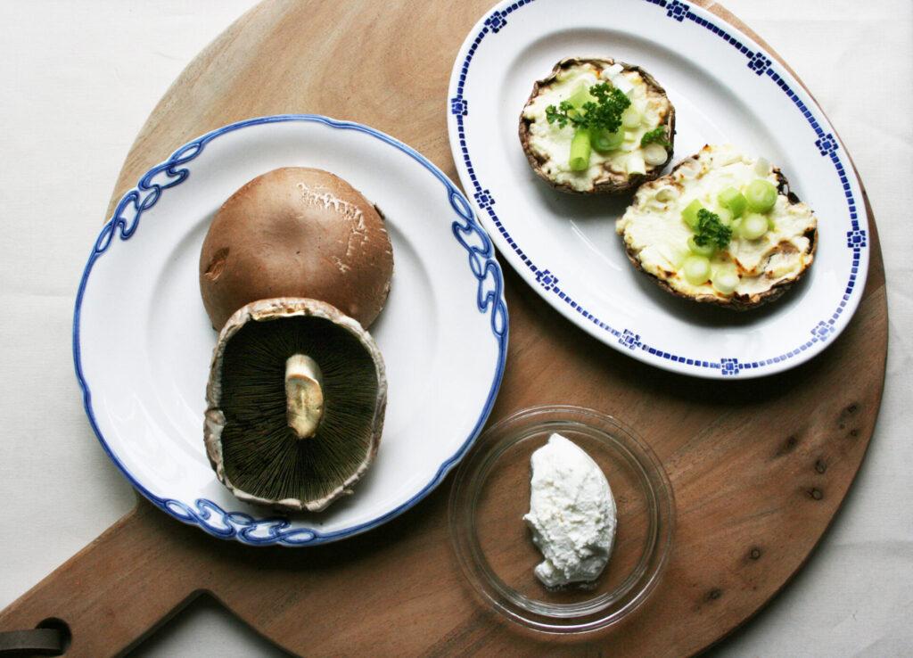 3 tallerkener, den ene med portobello svampe, den anden med ricotta ost og den sidste færdig bagte svampe klar til servering.